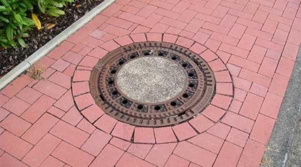 Оформление дождеприемника тротуарной плиткой