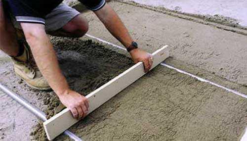 Выравнивание песка под тротуарную плитку по маякам