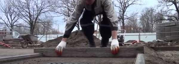Выравнивание песка под тротуарную плитку