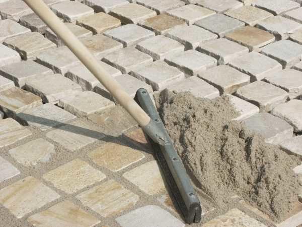 Заделка швов тротуарной плитки.
