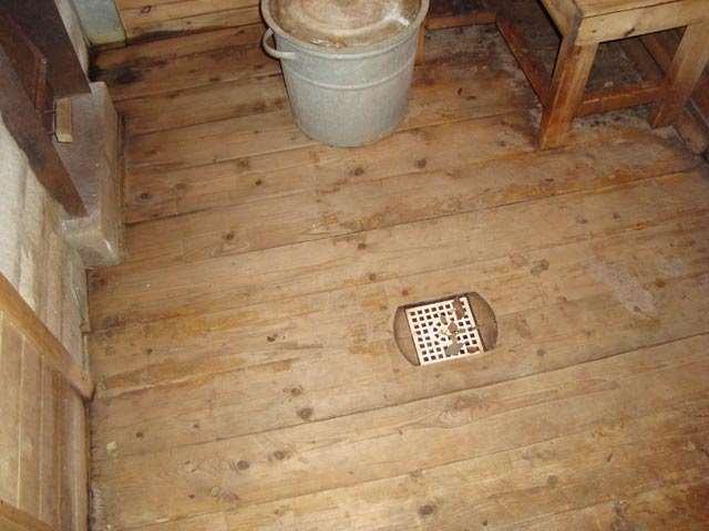 Как сделать слив воды в бане с деревянными полами