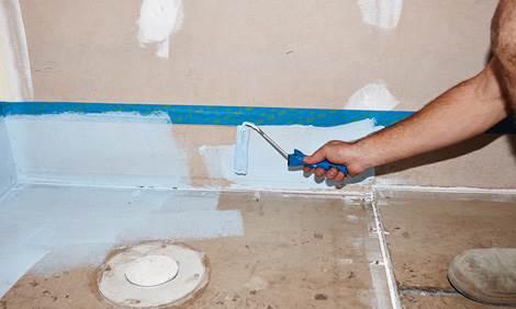 Нанесение обмазочной гидроизоляции на деревянный пол в ванной