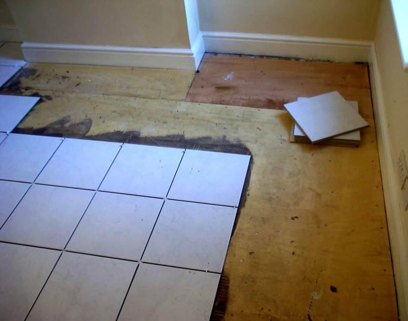 Плитка на деревянный пол в ванной комнате