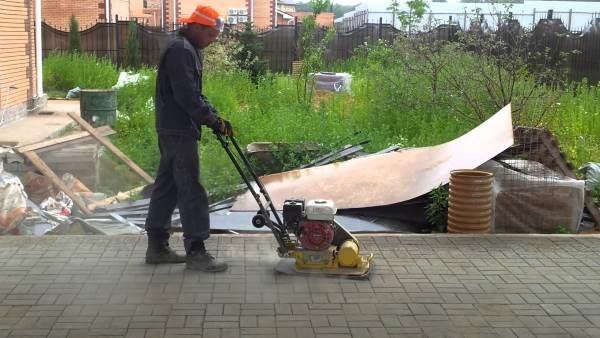 Трамбовка тротуарной плитки виброплитой