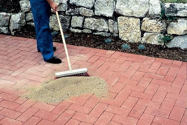 Засыпка песка в швы тротуарной плитки
