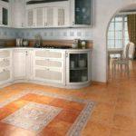 Панно из керамики на кухне в ярких тонах