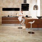Светлая плитка на кухне под мрамор