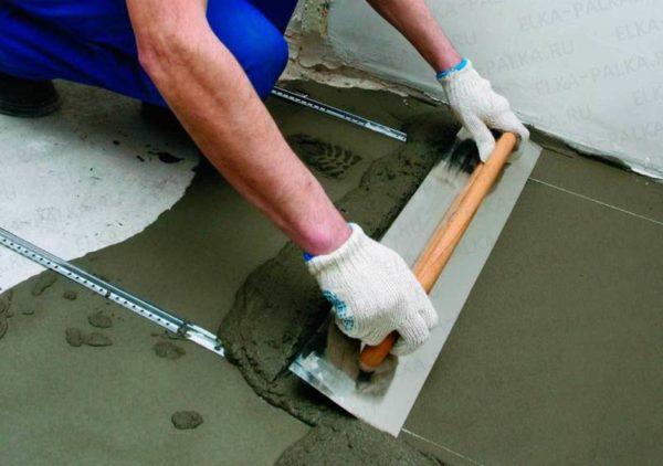 Выравнивание пола плиточным клеем