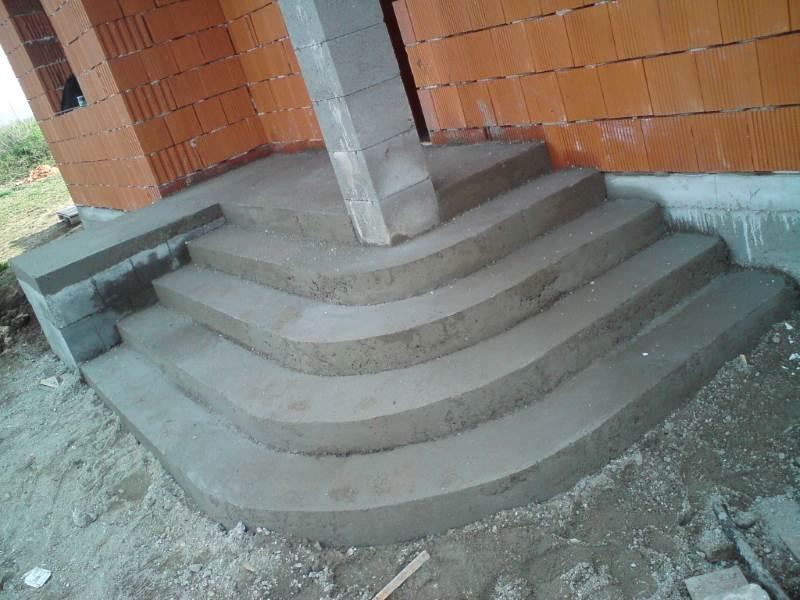 Бетонная лестница к крыльцу
