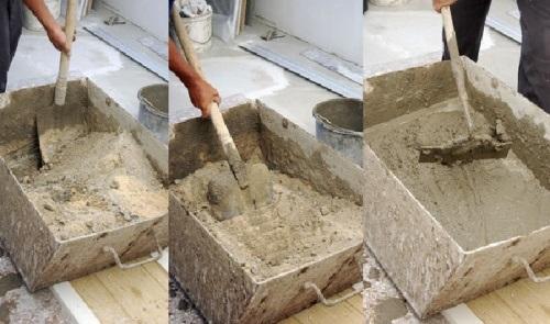 Перемешивание раствора лопатой