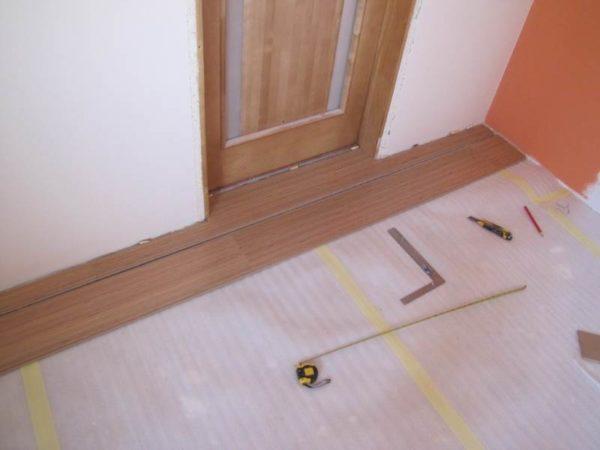 Укладка ламината возле дверного проема