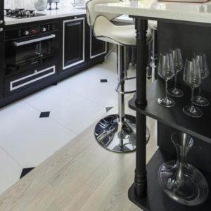 Контрасты плитки, мебели и ламината