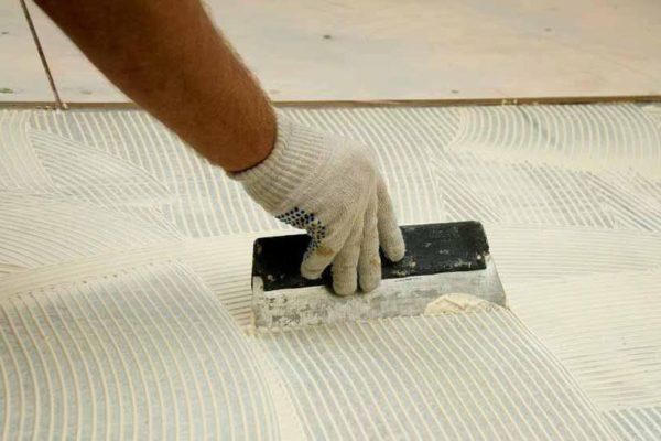 Нанесение клеевого состава на бетонное основание