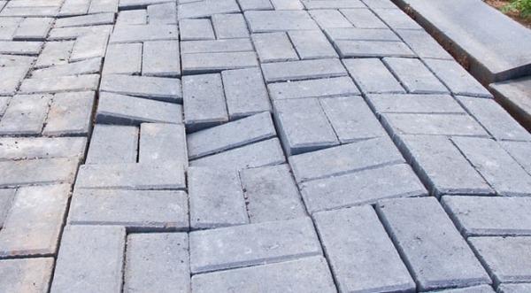Вспучившаяся тротуарная плитка