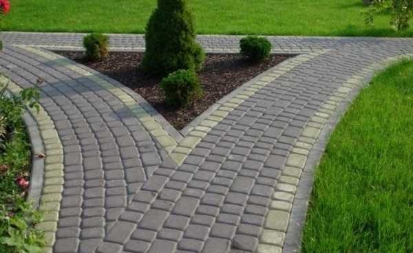 Оформление перекрестка из тротуарной плитки на даче