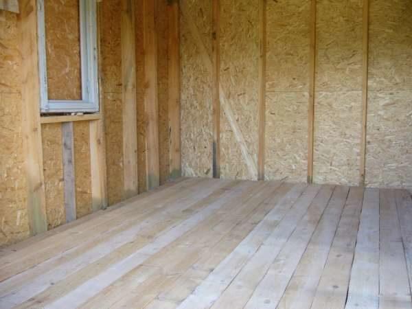 Черновой пол из обрезной доски в деревянном доме