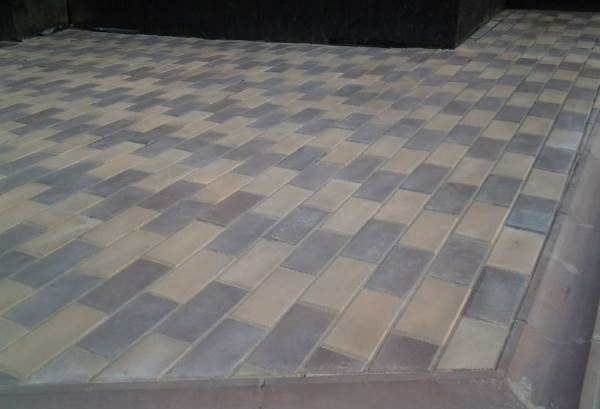 Въевшийся цемент на тротуарной плитке