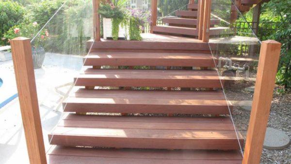 Лестница с ограждением из поликарбоната