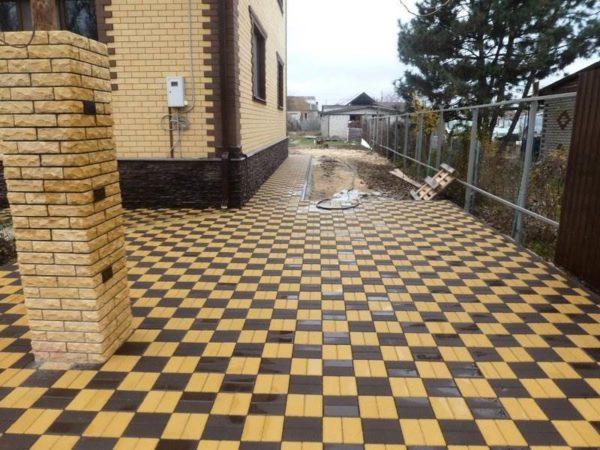 Шахматный узор тротуарной плиткой Кирпич