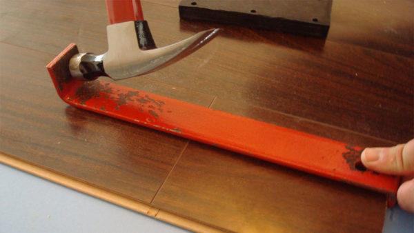 Пластина для вдавливания крайних панелей ламината