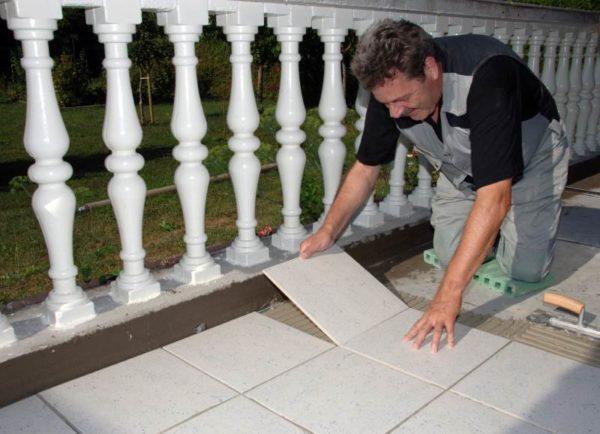 Укладка керамогранита на террасе