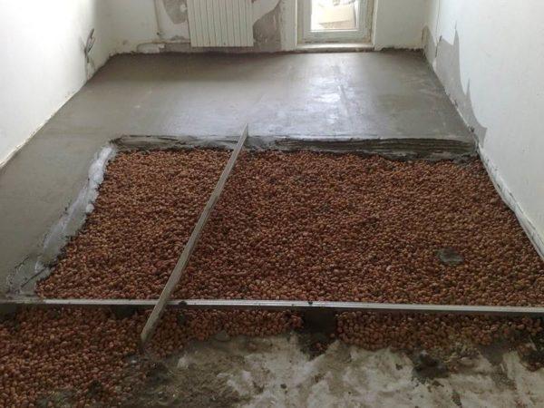 Заливка керамзитной засыпки цементно-песчаной стяжкой