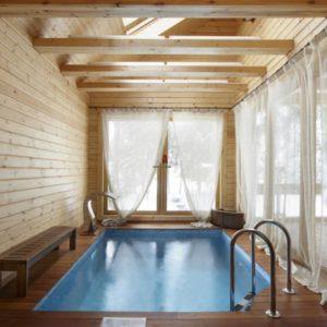 Бассейн в деревянном доме – не обойтись без декинга