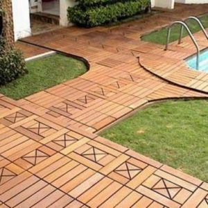 Садовый паркет в обрамлении бассейна