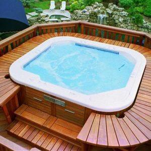 Подиум из террасной доски для бассейна с джакузи