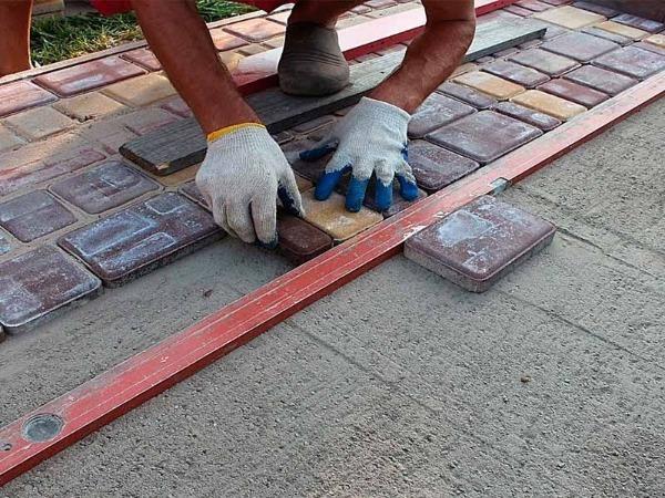 Монтаж тротуарного покрытия на гарцовку