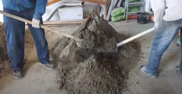 Приготовление смеси вручную лопатами