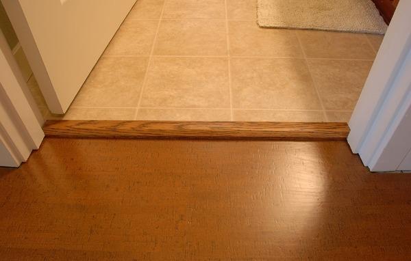 Правильный стык двух напольных покрытий в дверном проеме